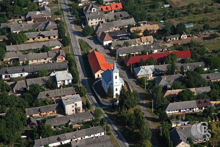 Úvodná fotka Obce Hosťovce. Námestie obce